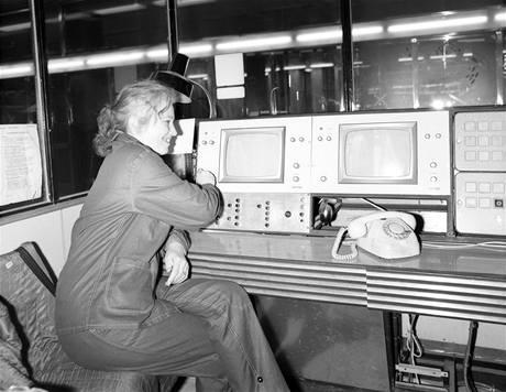 Při zkušebním provozu ještě provozní pracovníci metra, například dozorčí, na sobě ještě neměli stejnokroje, ale jen pracovní oděv