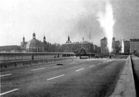 V knize Jana a Ondřeje Fischerových Pražské mosty, vydané v roce 1985, je i tento snímek L. Durase, který zachytil odpalování raket při dynamické zatěžovací zkoušce Nuselského mostu v dubnu 1974