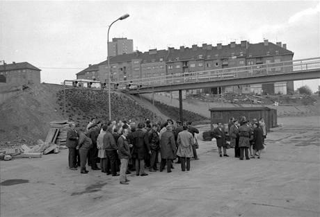 Členové kolegia generálního ředitele na budoucím novém autobusovém terminálu na Kačerově 30. dubna 1974. Tady někde bude za deset dní stát slavnostní tribuna. Práce je tu ještě dost