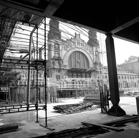 Povrch stanice Hlavní nádraží. Asi tu toho moc nenasvědčuje, že za několik dní tu bude významný přestupní uzel mezi železnicí a metrem