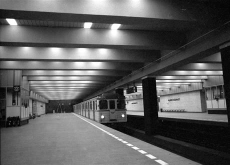 Konec dubna 1974. V liduprázdné stanici Hlavní nádraží se blíží do finále dokončovací práce i úklid. Do stanice právě přijíždí vlak v rámci zkušebního provozu bez cestujících