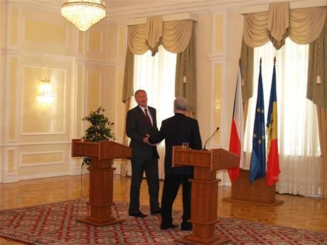 Premiér Topolánek se nemůže s moldavským prezidentem Voroninem dohodnout, kde bude stát