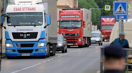 Čeští autodopravci 29. dubna zhruba hodinu s asi stovkou kamionů protestovali v Litoměřicích.