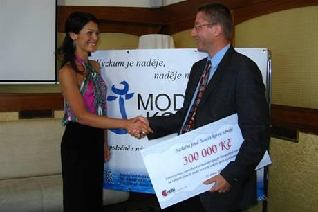 Jana Doleželová předává šek na klinickou studii vakcíny proti zhoubnému nádoru ledvin