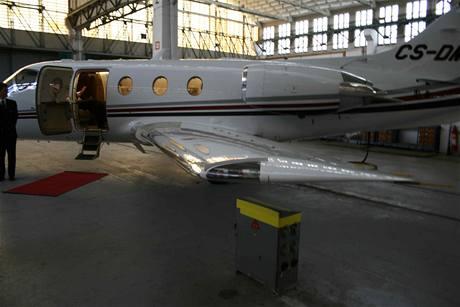 Levý bok letadla Hawker 400XP