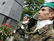 """Ke kontroverznímu památníku rudoarmějců v brněnském Králově Poli dorazili odpůrci i příznivci """"srpu a kladiva"""" na pomníku"""