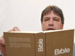 Bible. Překlad pro 21. století; primátor Brna Roman Onderka předčítá v brněnské Redutě.