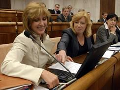 Poslankyně opoziční SDKU-DS Tatiana Rosová (vlevo) a Iveta Radičová během schůze slovenského parlamentu 22. dubna v Bratislavě.