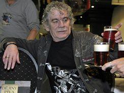 Zpěvák skotské rockové kapely Nazareth Dan McCafferty se stal 23. dubna před brněnským koncertem skupiny kmotrem knihy Dějiny piva autora Jaroslava Nováka Večerníčka, spisovatele a zakladatele Pivního magazínu.