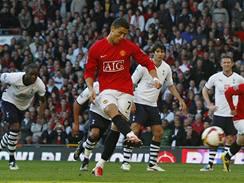 Ronaldo z Manchestru United skóruje z penalty.
