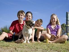 Největší riziko nakažení dětí škrkavkami bývá na kontaminovaném trávníku či pískovišti.