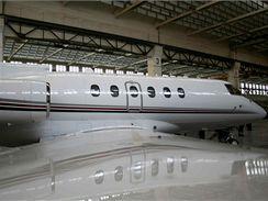 Pravý bok letadla Hawker 800XP