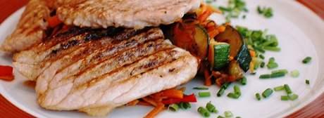 Vepřový řízek na grilu s restovanou zeleninou
