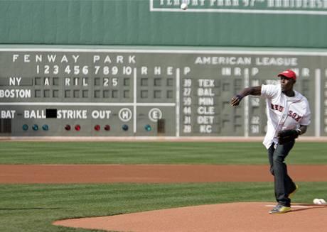 Usain Bolt v Bostonu při slavnostním baseballovém nadhozu.