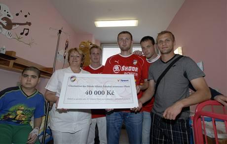 Plzeňští fotbalisté předávájí v nemocnici šek