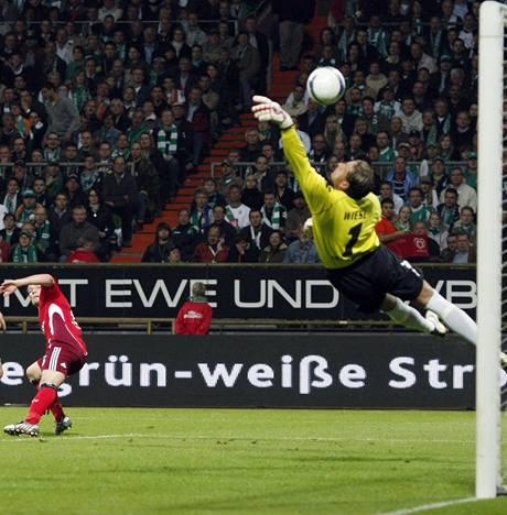 Werder Brémy - Hamburk: Trochowski dává Wiesemu gól.