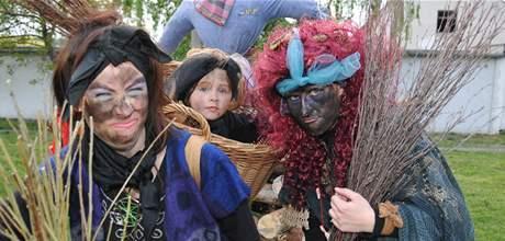 Jitka Kousalová s dcerou a sestrou Marií Mazlovou vyhráli soutěž o nejkrásnější čarodějnici v Křenovicích u Brna