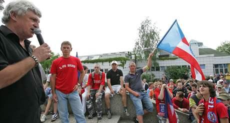 Pochod zbrojováků Brnem - stadion za Lužánky, Karel jarůšek (s mikrofonem) a vedle něho Roman Pros