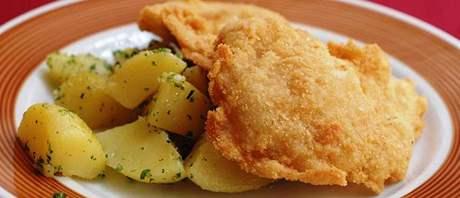 Smažené vepřové řízečky s česnekem, domácími bramborami a petrželkou