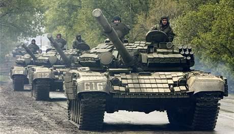 Ke gruzínské základně Mukhrovani se po ohlášení puče vydaly tanky