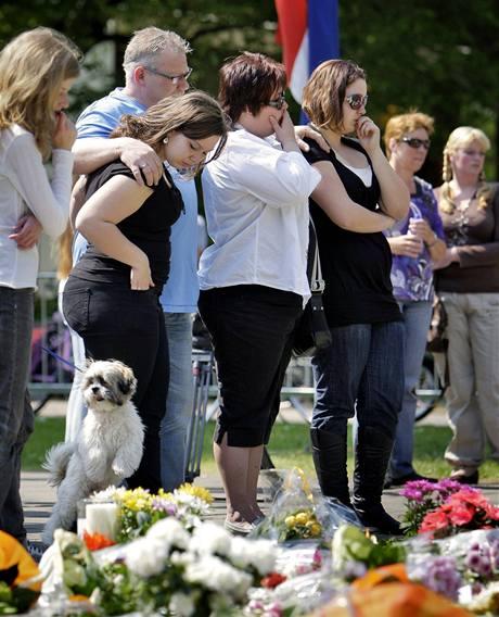 Lidé přinášejí květiny k místu, kde auto vjelo do průvodu s nizozemskou královskou rodinou a zabilo pět lidí. (1. května 2009)