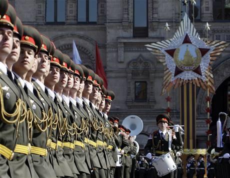 Slavnostní vojenská přehlídka na moskevském Rudém náměstí.