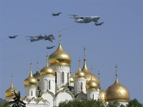 Vojenská letka během slavnostní vojenské  přehlídky na moskevském Rudém náměstí.