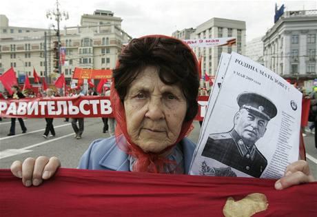 Během oslav Dne vítězství se v Moskvě konala i demonstrace komunistů a příznivců někdejšího diktátora Stalina.