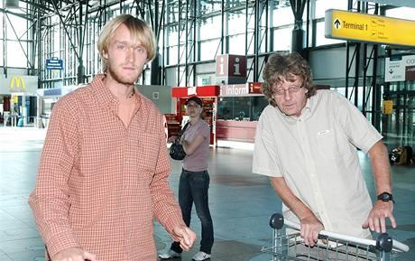 Jakub Vágner s kameramanem na ruzyňském letišti před odjezdem do Thajska