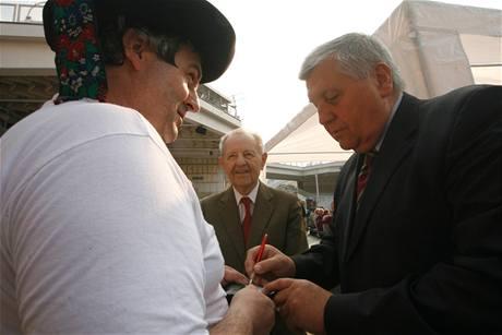 Miroslav Štěpán a Miloš Jakeš na prvomájové akci KSČM. (1. května 2009)