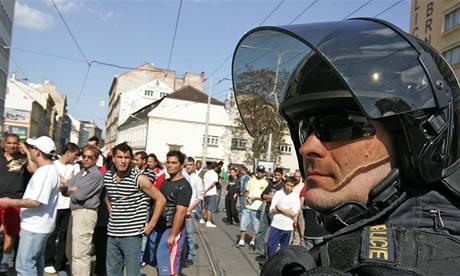 Pravicoví radikálové na 1. máje v Brně - Romové, kteří se na protest proti akci neonacistů shromáždili v ulici Cejl