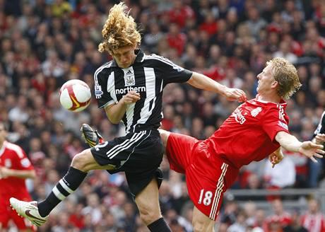Liverpool - Newcastle: Kuijt (vpravo) a Coloccini