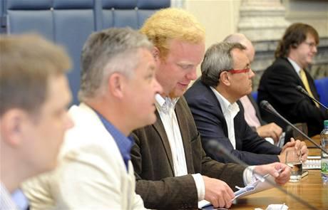 Národní ekonomická rada vlády zasedala 3. května v Praze. Na snímku je Tomáš Sedláček (třetí zleva) a vedle něj vpravo Vladimír Dlouhý.