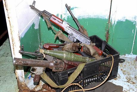 Zbraně, které Portugalci zabavili somálským pirátům (1. května 2009)