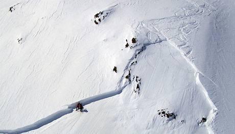 Horská služba obhlíží místo, kde skialpinisté uřízli lavinu.
