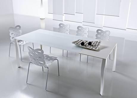 Velký stůl nesmí v bytě chybět