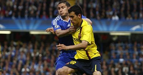 Chelsea - Barcelona: domácí Frank Lampard (vlevo) zastavuje průnik Sergia Busquetse.