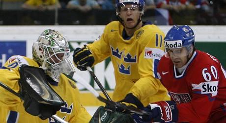 Švédsko - Česko: Tomáš Rolinek (vpravo) v šanci před švédským gólmanem  Jonasem Gustavssonem. Vzadu přihlíží  Carl Gunnarsson