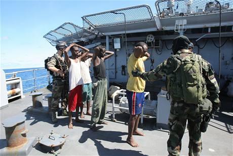Francouzští vojáci zatýkají jedenáct somálských pirátů