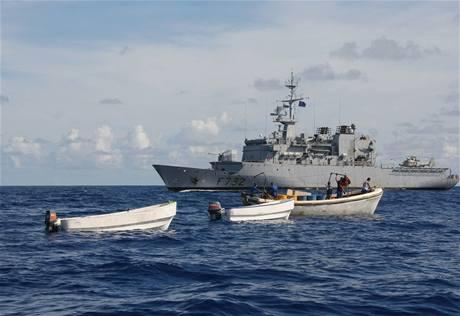 Somálští piráti u válečné lodi Nivose