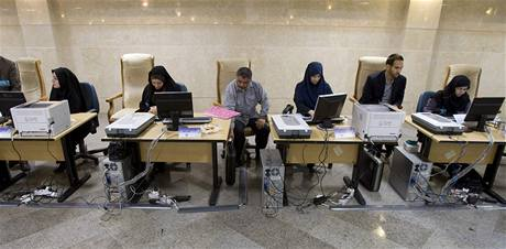 Komise na íránské ministerstvu vnitra čeká na uchazeče o prezidentský post