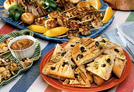 Focaccia na grilu s olivami a bylinkami a kebaby s krevetami a cuketou
