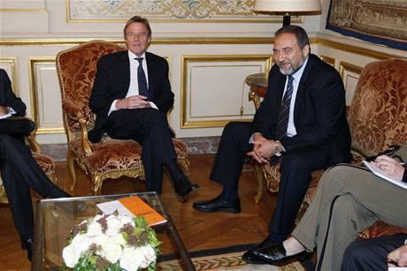 Izraelský ministr zahraničí Avigdor Lieberman během setkání se svým francouzským protějškem Bernardem Kouchnerem (5. května 2009)