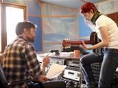 Steve Wall a Lucie Redlová ve studiu