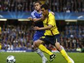 Chelsea - Barcelona: dom�c� Frank Lampard (vlevo) zastavuje pr�nik Sergia Busquetse.