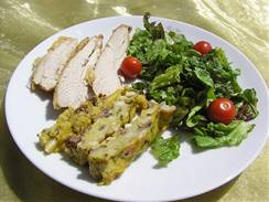 Čerstvě upečená nádivka je zajímavou přílohou ke kuřecím prsíčkům, místo brambor přidejte třeba hlávkový salát.