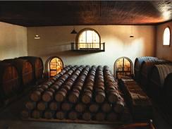 Z podobných sudů je možno koupit víno metodou