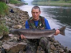 Lososa obecného 104 cm délky chytil L. Mervínský na Labi, u soutoku s Kamenicí, v červenci 2006.