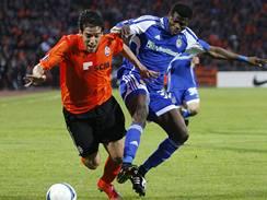 Šachtar Doněck - Dynamo Kyjev: kyjevský Ayila Yussuf (vpravo) v souboji s Romanem Jeremenkem z Doněcku.