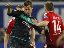 Hamburk - Brémy: domácí kapitán David Jarolím (vpravo) brání  Markuse Rosenberga z Brém.